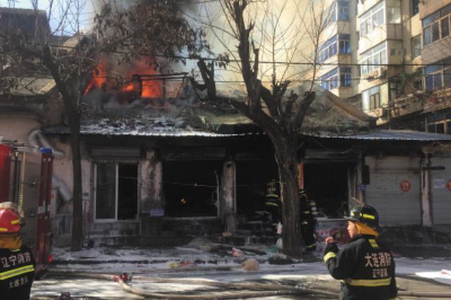 仓库突然起火 大量货物被烧毁