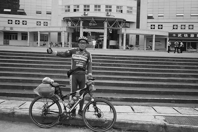 老爷子12年骑行10万公里患癌症也未停止