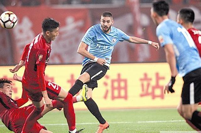 双方球员在拼抢中。本报记者王华 摄
