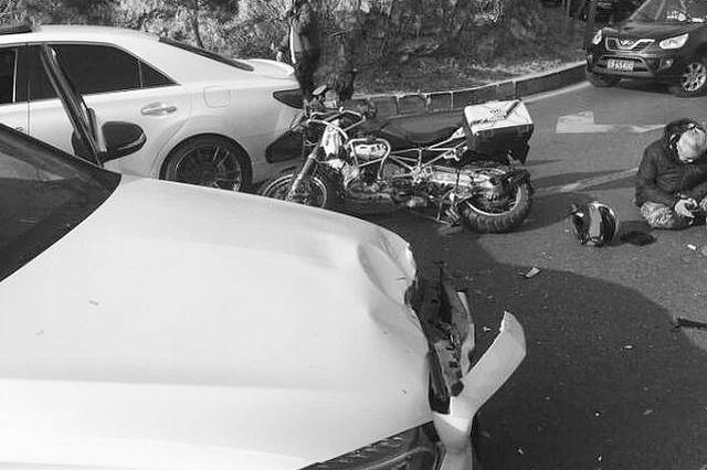 白发大爷骑30万改装摩托车超车被撞飞