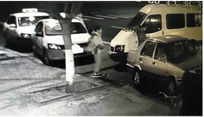 监控拍到女司机下车查看后,带着孩子离开现场