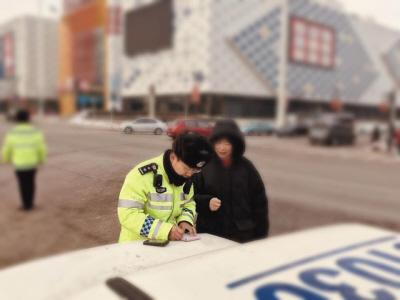 市公安局交警部门处理行人交通违法行为。