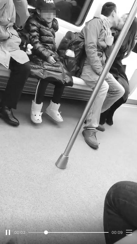 地铁上一对男女旁若无人地深吻