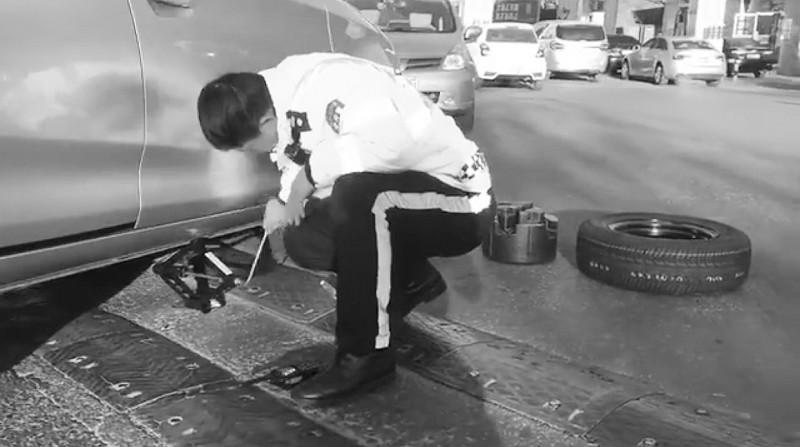 交警寒风中帮女司机换轮胎蹲了半小时