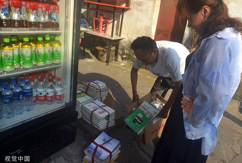 安徽六安:毛坦厂中学家长打包教辅卖废品