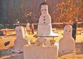 大学生叩拜雪人祈求不挂科
