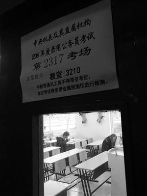 昨天,万里学院考点,考生在考场内准备考试