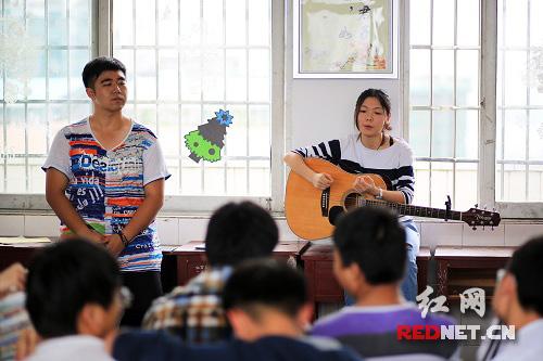 大学生弹吉他录视频激励高考生:大学生活很美好