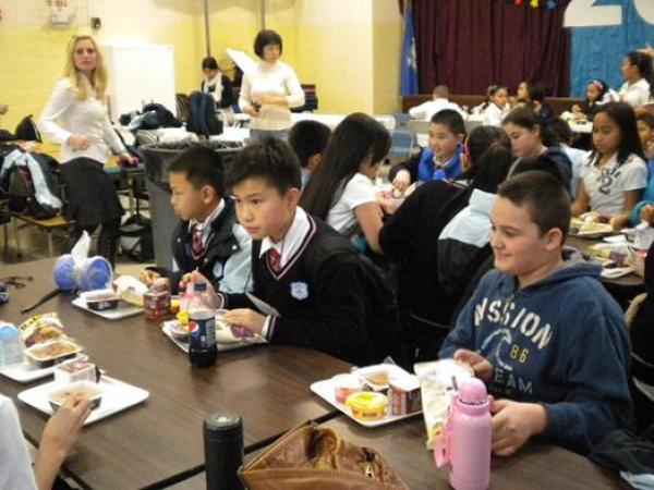花费33万赴美留学:十多人挤一个宿舍天天吃不饱