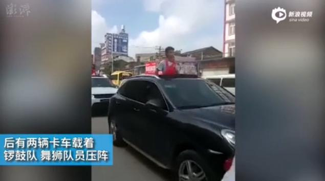 广西博白4名优秀高考生戴红花乘车游街(视频)