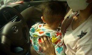 """1岁婴儿""""驾""""车上路惊呆警察 母亲被罚款100元"""