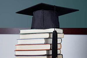 大学毕业典礼上 母亲拿出百万教育账单