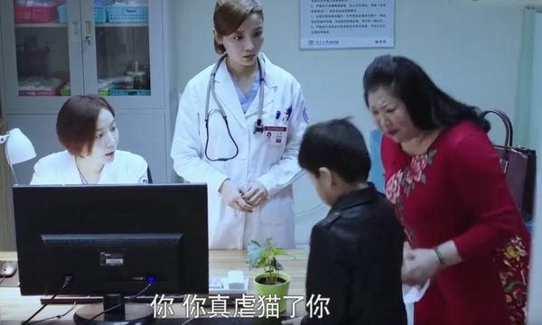 《急诊科医生》剧情中一个小男孩因为虐猫患上猫抓病。