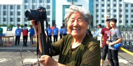 81岁奶奶连续9年高考考点拍照