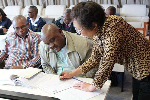 """南非近八旬老人攻读硕士学位 力求实现""""教师梦"""""""