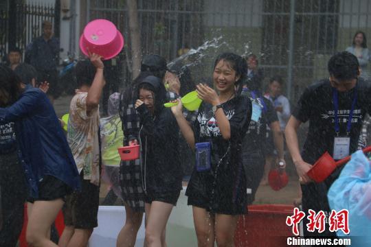 华侨大学境内外学生泼水狂欢。 柴韵纹 摄