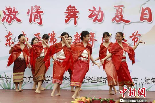 华侨大学东南亚留学生们充满异域风情的舞蹈表演。 刘沛 摄