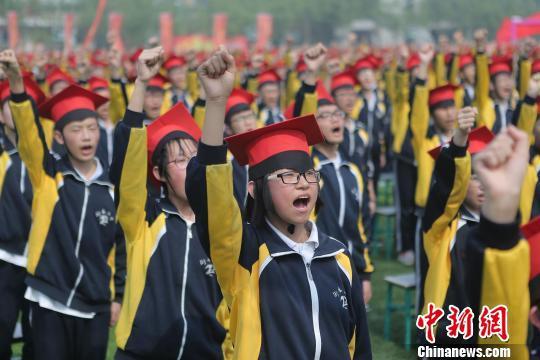 学生们在成人礼仪式上宣誓。 崔广义 摄