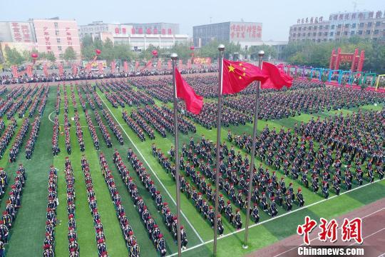 河北省衡水二中成人礼活动现场。 崔广义 摄