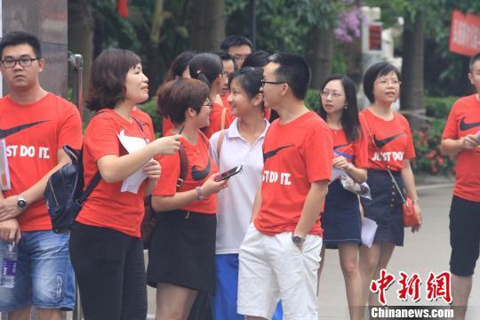 老师身着红衣为考生加油。 凌楠 摄