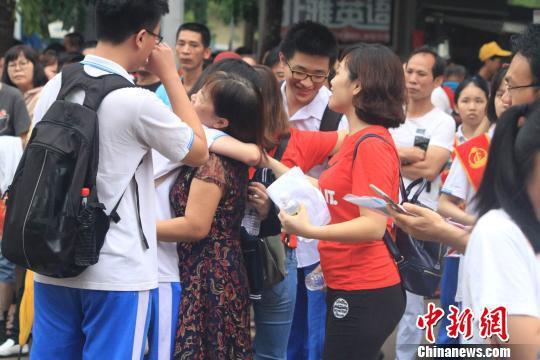 考场外考生与老师拥抱。 凌楠 摄