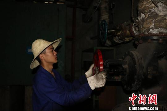 """西昌卫星发射中心""""90后""""锅炉工在工作中。 欧翔 摄"""
