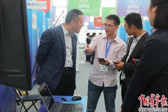 选手在介绍自己的项目。中国青年报·中青在线记者 陈凤莉/摄