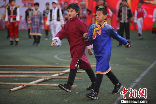 孩子们身着民族服装作展示。 泱波 摄