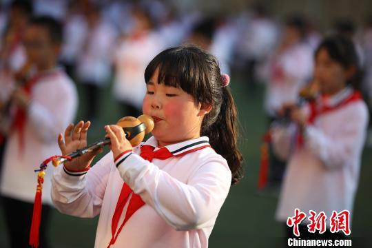 孩子们表演吹奏葫芦丝。 泱波 摄