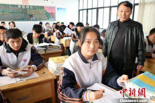 """江苏东海""""最美女孩""""林紫腾在课堂上。李知军 摄"""