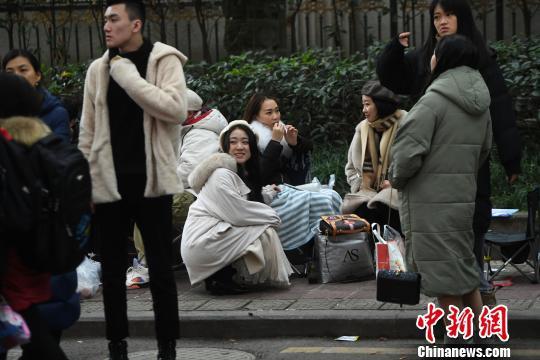 """重庆考生在寒风中""""迎战""""艺考(图)"""