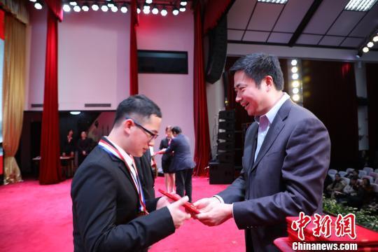 获胜者获颁证书,下学期将为同学讲思政课。 王博 摄