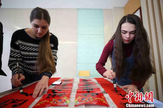 中国石油大学(华东校区)海外留学生在写春联。 胡耀杰 摄