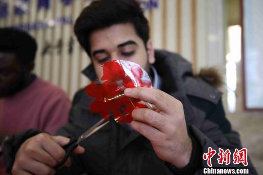 中国石油大学(华东校区)海外留学生在剪窗花。 胡耀杰 摄