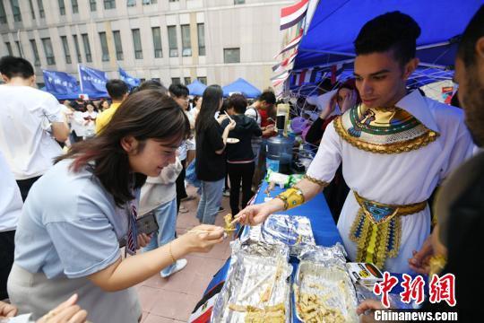 长春高校举办美食节 尝遍22个国家美味