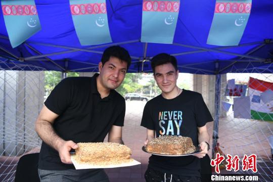 留学生们纷纷带来自己国家的美食 张瑶 摄