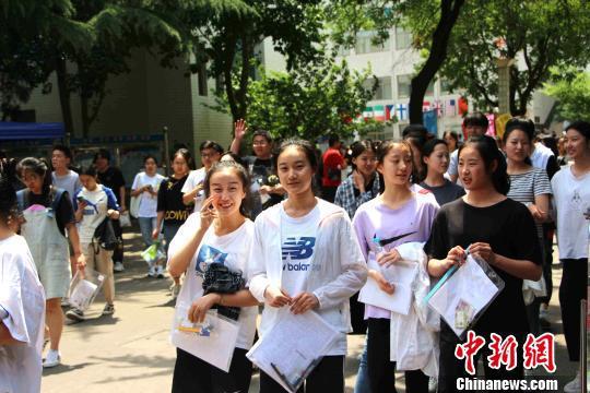 资料图:6月7日,山东高考生在第一场考试结束后走出考场。 赵晓 摄