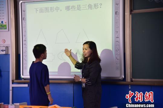 图为邱洪燕在引导学生答题。 王以照 摄