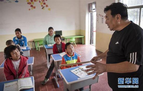 """小学教师郭生俊:""""只剩一名学生我也会认真教下去"""""""