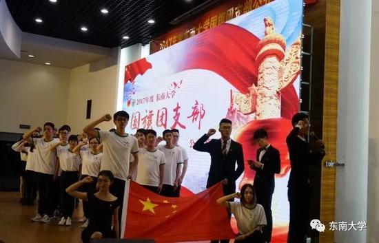 2015级丁大钧班在国旗前庄严宣誓