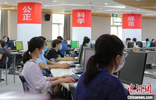 北京2020年高考評卷工作從7月9日開始,預計于24日結束。圖為位于清華大學的數學評卷現場?!≈行律缬浾?楊可佳 攝
