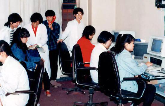 1988年,田奕(左四)等在 社科院文学所计算机室。图/受访者提供