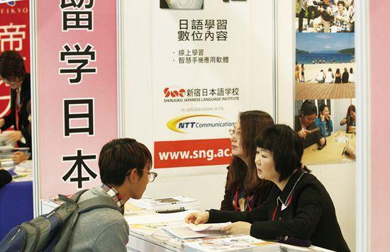 2016年10月22日,在京举行的中国国际教育展上,一名学生在日本留学展台前咨询。图片来源CFP