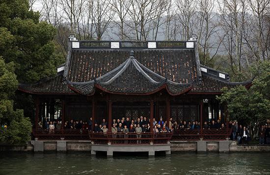 部分中国美院师生在孤山校区原址合影。中国美术学院 图