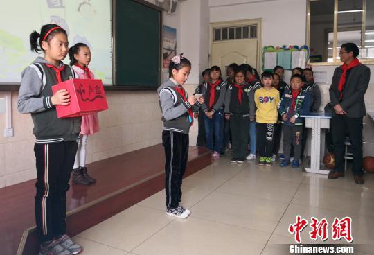 """图为兰州一小学学生在主题班会上分享交流""""心声""""。(资料图) 刘玉桃 摄"""