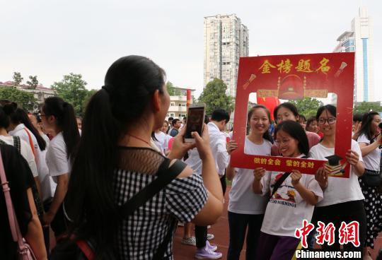 广西柳州一高中高三学生考前拍照留念。 林馨 摄