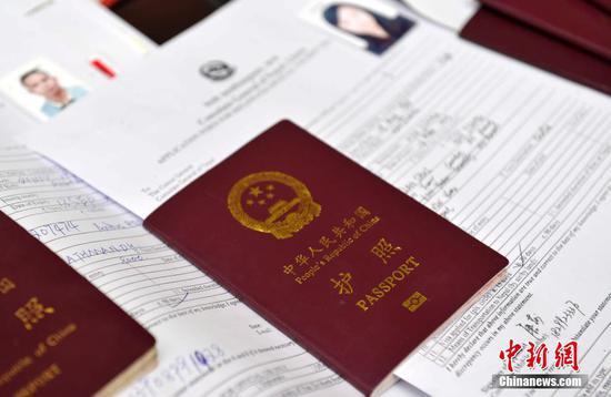 资料图:中国护照。李林 摄