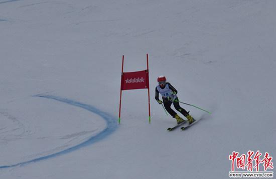 当地时间3月7日,中国选手韩雪容在第29届大冬会高山滑雪女子大回转?#28909;?#20013;。中国青年报·中青在线特派记者慈鑫/摄