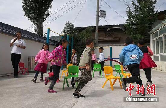杨锋带孩子们做游戏。