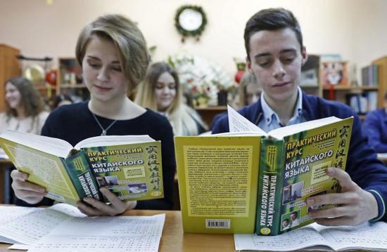 学生们正在阅读《实用汉语教科书》。(视觉中国)